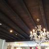 シャンボールの木の天井とシャンデリア