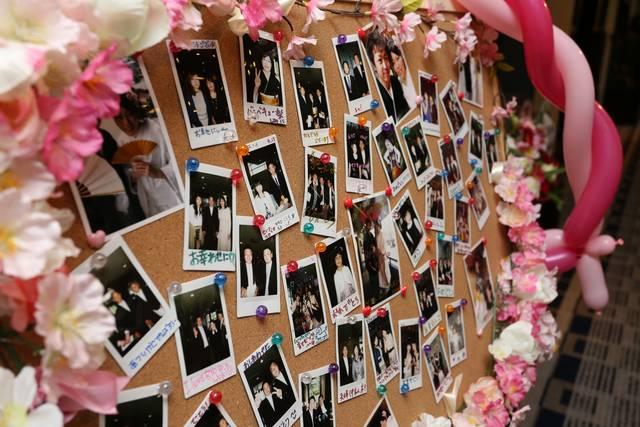 コルクボードの中心にモールで「HAPPY WEDDING」の文字を作り、結婚式 のお祝い感を出しています。カラフルでゆるい感じのモールがポップでカワイイ作品です。