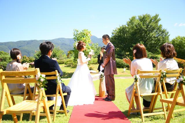 40c637c94ed74 大空と山々、緑にあふれた松本らしい景色の中での結婚式は、一生の思い出になるばす。