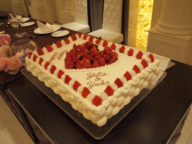 一段のフレッシュケーキで、周りにイチゴが飾られて、真ん中にもイチゴでハート模様にデコレーションされている、シプルでカワイイタイプのウェディングケーキにしま